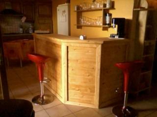 Meubles et tag res en bois blanc for Bar de jardin en bois